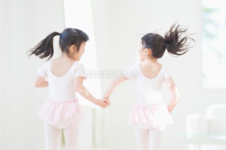 バレエの練習をする二人の女の子の写真素材 [FYI02818392]