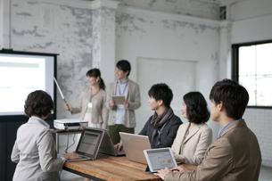 ミーティングをするビジネス男女6人の写真素材 [FYI02818449]