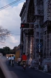 街並みと自転車と人 キューバの写真素材 [FYI02818465]