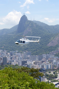 上空を飛ぶヘリコプターの写真素材 [FYI02818592]