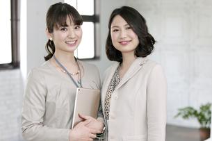笑顔のビジネス女性2人の写真素材 [FYI02818759]
