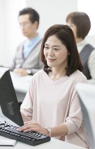 パソコン教室を受講する中高年女性の写真素材 [FYI02818766]