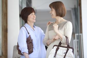 笑顔の中高年女性2人の写真素材 [FYI02818859]