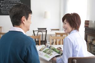 カフェで話をしている中高年夫婦の写真素材 [FYI02818884]