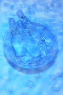 水に浸かっているラムネ瓶の写真素材 [FYI02818901]