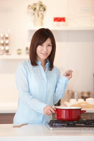 料理をする女性の写真素材 [FYI02819021]
