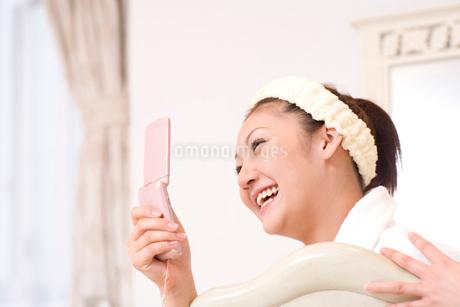 携帯電話を見る女性の写真素材 [FYI02819595]