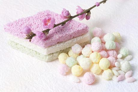 桃の花と雛あられと菱餅の写真素材 [FYI02819599]
