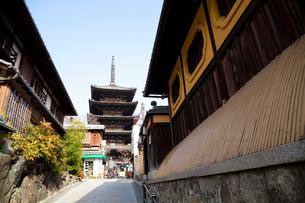 八坂通からの八坂の塔の写真素材 [FYI02819975]