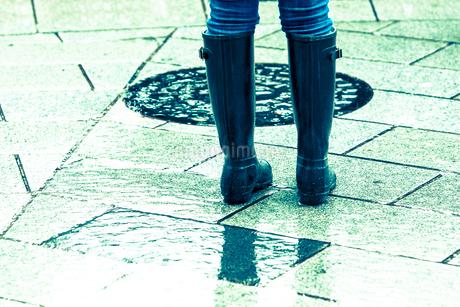 レインブーツを履いた女性の足下の写真素材 [FYI02820191]