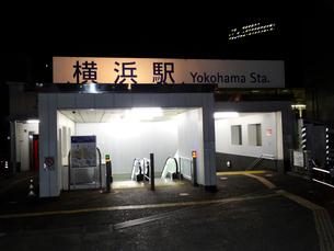 夜明け前のJR横浜駅の写真素材 [FYI02820234]