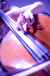 チェロを弾く手元の写真素材 [FYI02820292]