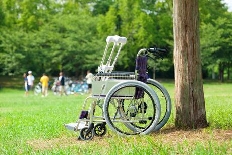 松葉杖と車椅子の写真素材 [FYI02820638]