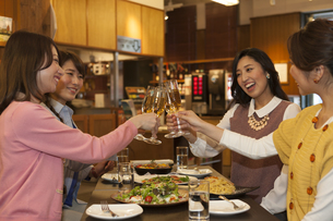 乾杯する女性4人の写真素材 [FYI02821101]
