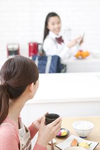 朝食を食べる母親と娘の写真素材 [FYI02821186]