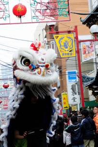 中華街の春節パレードの獅子舞の写真素材 [FYI02821251]