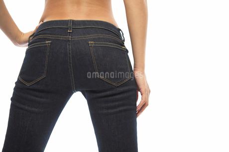 ジーンズを履いた女性のお尻の写真素材 [FYI02821440]