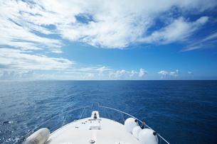 船の甲板と海の写真素材 [FYI02821708]