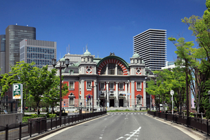新緑と中央公会堂の写真素材 [FYI02821734]