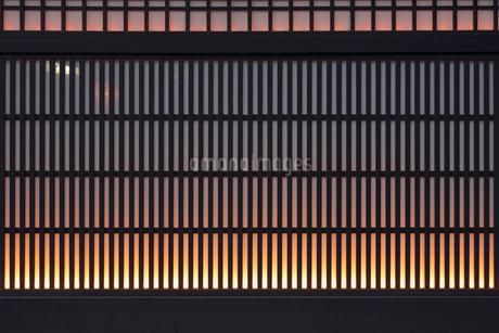 格子と灯りの写真素材 [FYI02821955]