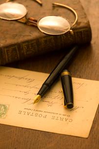 万年筆と眼鏡の写真素材 [FYI02822007]