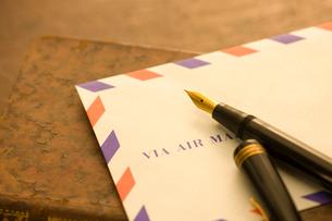 万年筆とエアーメールの写真素材 [FYI02822071]