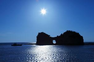 白浜の円月島と太陽の写真素材 [FYI02822104]