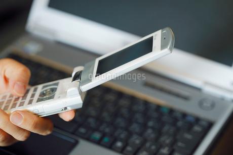 携帯電話とパソコンの写真素材 [FYI02822118]