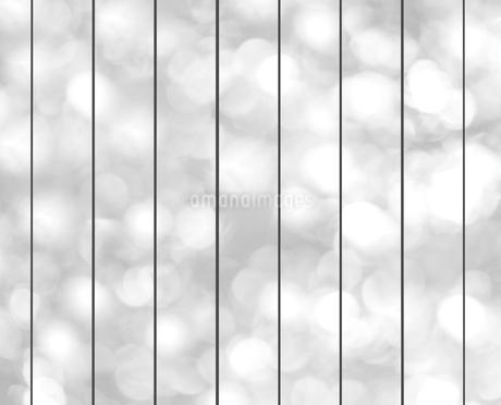 木漏れ日と塀の写真素材 [FYI02822138]