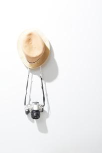 女性の帽子とカメラの写真素材 [FYI02822143]