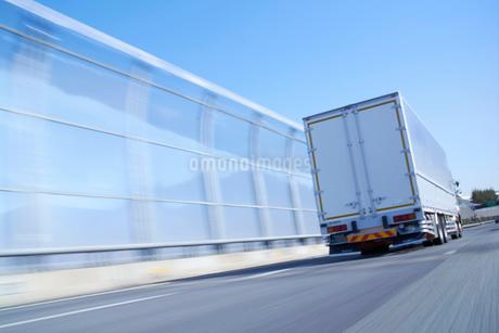 運搬のため高速道路を走るトラックの写真素材 [FYI02822243]