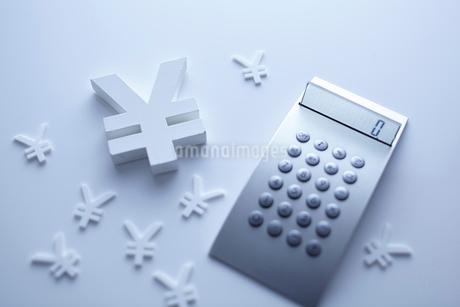 計算機と通貨マークの金融イメージの写真素材 [FYI02822387]
