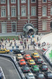 東京駅と駅前タクシーの写真素材 [FYI02822408]