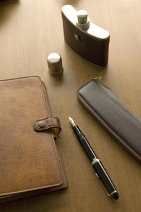 手帳と万年筆とウイスキーフラスコの写真素材 [FYI02822570]