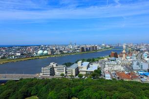 信濃川と新潟市街の写真素材 [FYI02822634]
