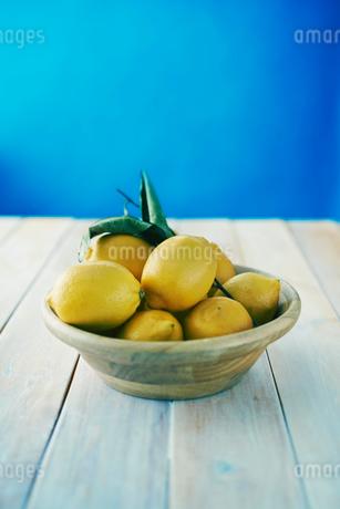 テーブルの上のレモンの写真素材 [FYI02822647]