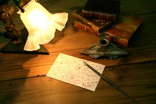 葉書とペンとランプの写真素材 [FYI02822757]