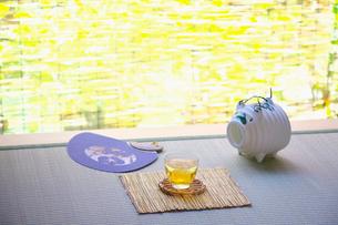 縁側のスダレと冷茶とブタの蚊取り器の写真素材 [FYI02822794]