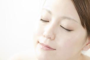 若い女性の美容と顔アップイメージの写真素材 [FYI02822877]