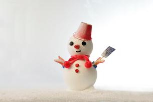 雪だるまに赤の帽子(手にスコップ)の写真素材 [FYI02822895]
