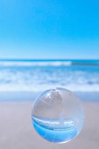 北アメリカ大陸を示した地球儀と青い海の写真素材 [FYI02822928]