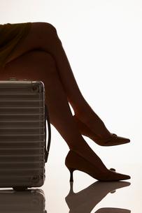 女性のハイヒールの足元とスーツケースの写真素材 [FYI02822961]