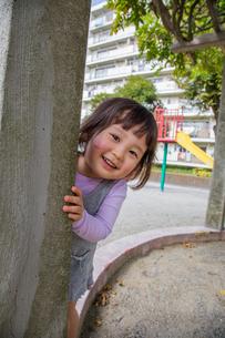 公園で遊ぶ女の子の写真素材 [FYI02823011]