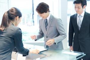 受付をするビジネスマンの写真素材 [FYI02823052]