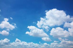 青空と白い雲の写真素材 [FYI02823088]