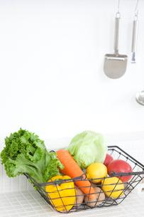 キッチンに置かれたカゴに入った野菜の写真素材 [FYI02823141]