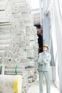 倉庫で働く日本人男性の写真素材 [FYI02823186]