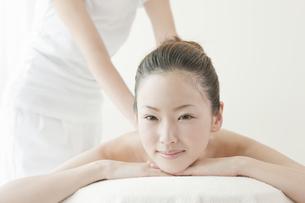 オイルマッサージを受ける日本人女性の写真素材 [FYI02823201]