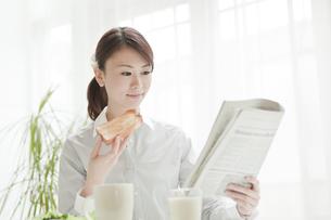 朝食をとる女性の写真素材 [FYI02823278]