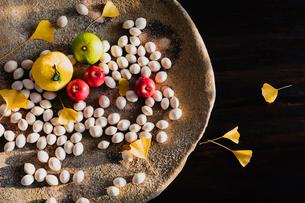 大皿の中の果物とギンナンの写真素材 [FYI02823280]